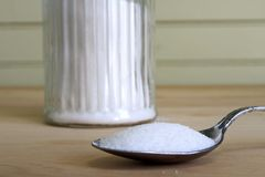 Spoonful de empilhamento do açúcar Fotos de Stock