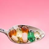 Spoonful Pillen. Getrennt Lizenzfreie Stockfotografie