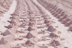 Spoor van band in het zand Stock Afbeeldingen