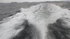 Spoor van een boot op het water stock footage