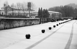 Spoor van wielen op de eerste sneeuw Royalty-vrije Stock Afbeeldingen
