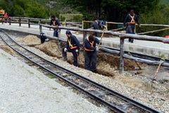 Spoorarbeiders op de zuidelijke Vreedzame spoorweg in de wereld Stock Foto