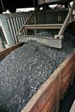 Spoorauto's met steenkool worden geladen die Royalty-vrije Stock Afbeeldingen