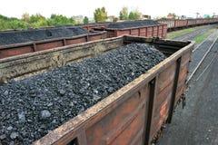 Spoorauto's met steenkool worden geladen die Stock Fotografie