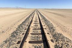 Spoorlijn in zand wordt behandeld dat stock foto
