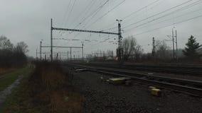 Spoorlijnen tijdens regenachtige dag stock videobeelden