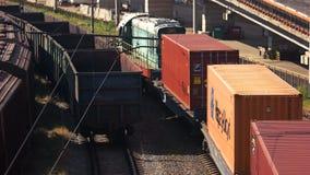 Spoorwagonnen met lading van metaal en korrel in de haven stock footage