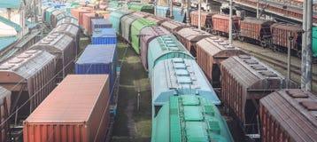 Spoorwagonnen met lading van metaal en korrel in haven van Odessa de treinen wachten in lijn op lading bij ladingsterminal stock foto's