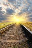 Spoorweg aan zonsondergang stock afbeeldingen