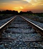 Spoorweg bij Zonsondergang Stock Afbeeldingen