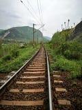 Spoorweg in de bergen stock afbeeldingen