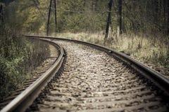 Spoorweg in de herfst mystiek weer Stock Afbeelding