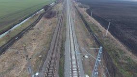 Spoorweg De spanwijdte over de spoorwegsporen Sporen en spoorwegdwarsbalken, stroomlijn met hoog voltage stock video