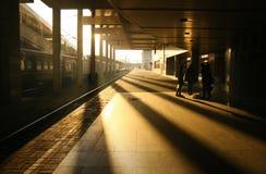 Spoorweg in de stralen van de avondzon Stock Afbeelding