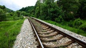 Spoorweg in de vallei in de zomertijd royalty-vrije stock foto