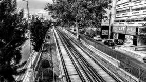 Spoorweg in de voorsteden stock afbeeldingen
