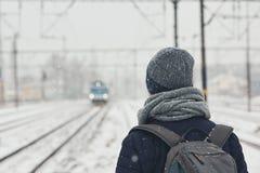 Spoorweg in de winter stock afbeeldingen