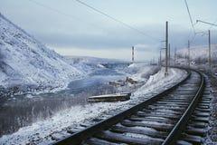 Spoorweg dichtbij de rivier, berg in de winter Royalty-vrije Stock Fotografie