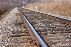 Spoorweg die aan horizon verafgelegen weggaan Stock Foto's