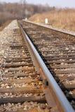 Spoorweg die aan horizon verafgelegen weggaan Stock Afbeeldingen