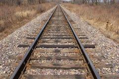 Spoorweg die aan horizon verafgelegen weggaan royalty-vrije stock fotografie