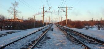 Spoorweg die in de afstand achteruitgaan royalty-vrije stock afbeelding