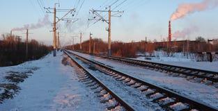 Spoorweg die in de afstand achteruitgaan stock foto