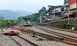 Spoorweg die het centrum van Shifen-stad doornemen Royalty-vrije Stock Afbeeldingen