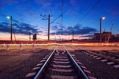 Spoorweg die met autolichten in motie bij nacht kruisen Royalty-vrije Stock Foto
