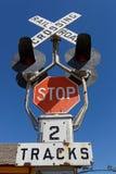 Spoorweg die op blauwe hemel kruisen stock afbeeldingen