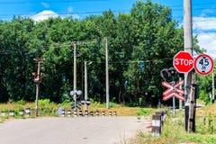 Spoorweg die over landweg in bos kruisen royalty-vrije stock afbeelding