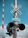 Spoorweg die poort en teken kruist Stock Afbeeldingen