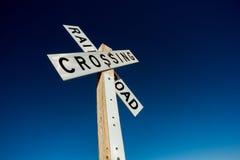 Spoorweg die teken op blauwe hemel kruisen stock fotografie