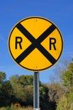 Spoorweg die verkeersteken kruist Stock Afbeeldingen