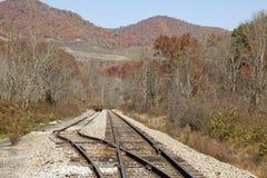 Spoorweg door bergen royalty-vrije stock foto's