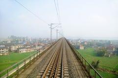 Spoorweg door het dorp royalty-vrije stock afbeeldingen