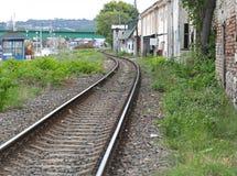 Spoorweg door krottenwijk stock afbeeldingen