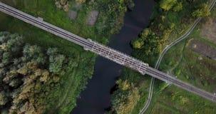 Spoorweg door rivier Spoorwegbrug boven de rivier De mening van het vogeloog over een spoorwegbrug die die boven de rivier gaan stock footage