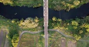 Spoorweg door rivier Spoorwegbrug boven de rivier De mening van het vogeloog over een spoorwegbrug die die boven de rivier gaan stock videobeelden