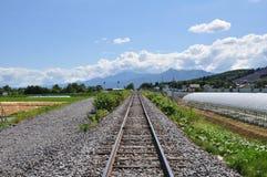 Spoorweg en blauwe hemel stock afbeeldingen