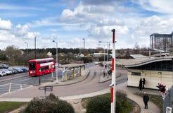 Spoorweg en busstation in centrale Feltham stock afbeelding