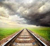 Spoorweg en onweerswolken royalty-vrije stock foto