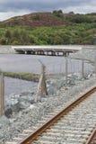 Spoorweg en weg over nieuwe rivier overgang, de brug van Pont Briwet Royalty-vrije Stock Afbeelding