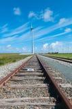 Spoorweg en windmolens Stock Afbeelding