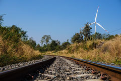 Spoorweg en windturbine Stock Fotografie