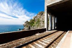 Spoorweg en zeegezicht in Cinque Terre, Italië royalty-vrije stock afbeelding