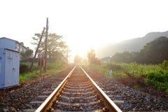 Spoorweg en zonsondergang stock foto's