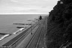 Spoorweg langs de kust stock afbeeldingen