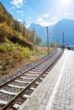 spoorweg met achtergrondberg Stock Foto