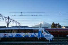 Spoorweg met creatieve die decoratietrein bij Kawaguchiko-station wordt genomen Stock Afbeeldingen